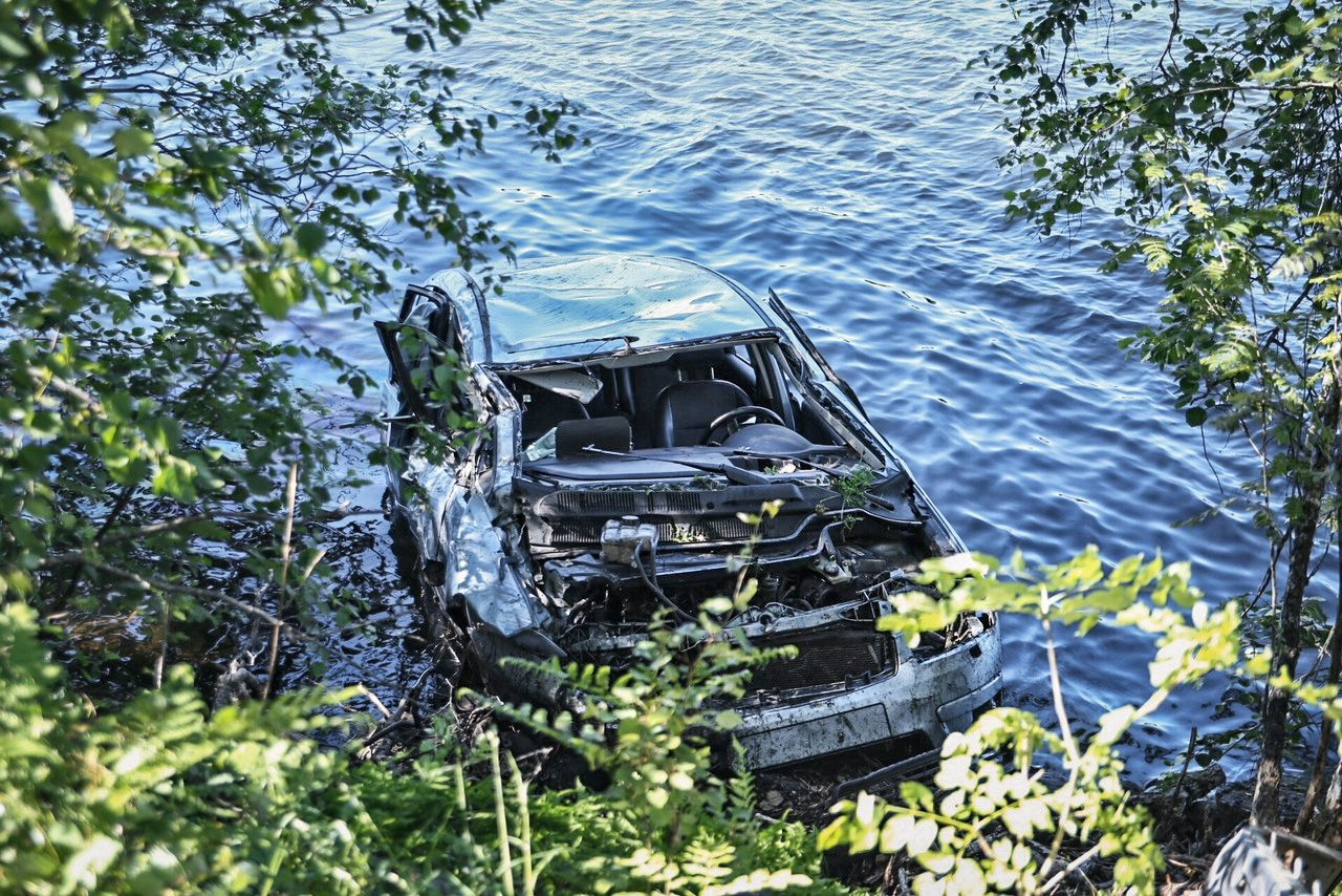 SKADET: En gutt ble fløyet til sykehuset etter at bilen han satt i havnet i vannet.