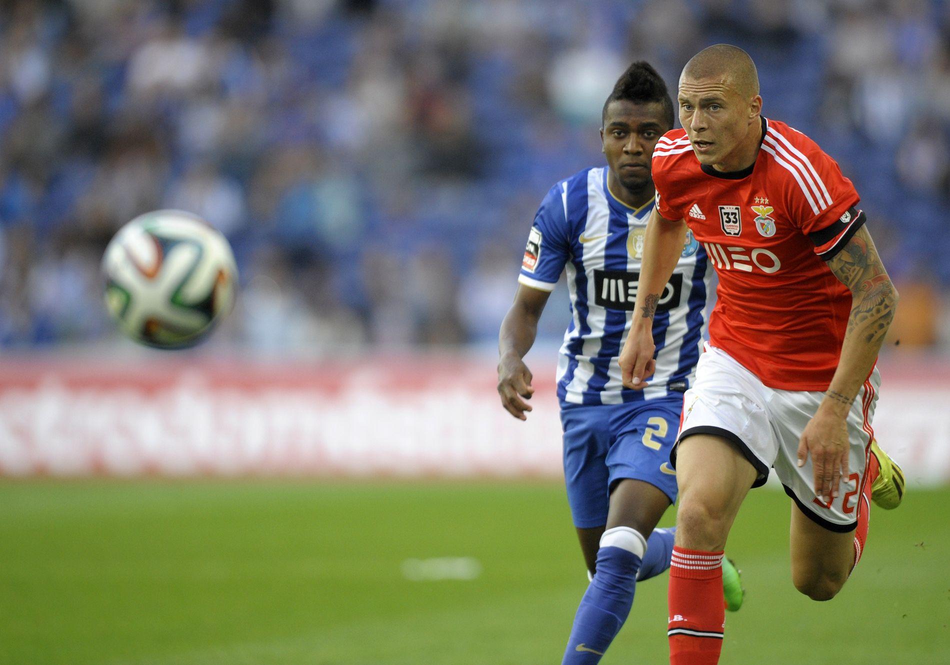 KONTROLL: Victor Lindelöf har hatt god kontroll på spissene i den portugisiske ligaen. Her er han først på ballen i duell med Porto-spissen Kelvin Oliveira i 2014.
