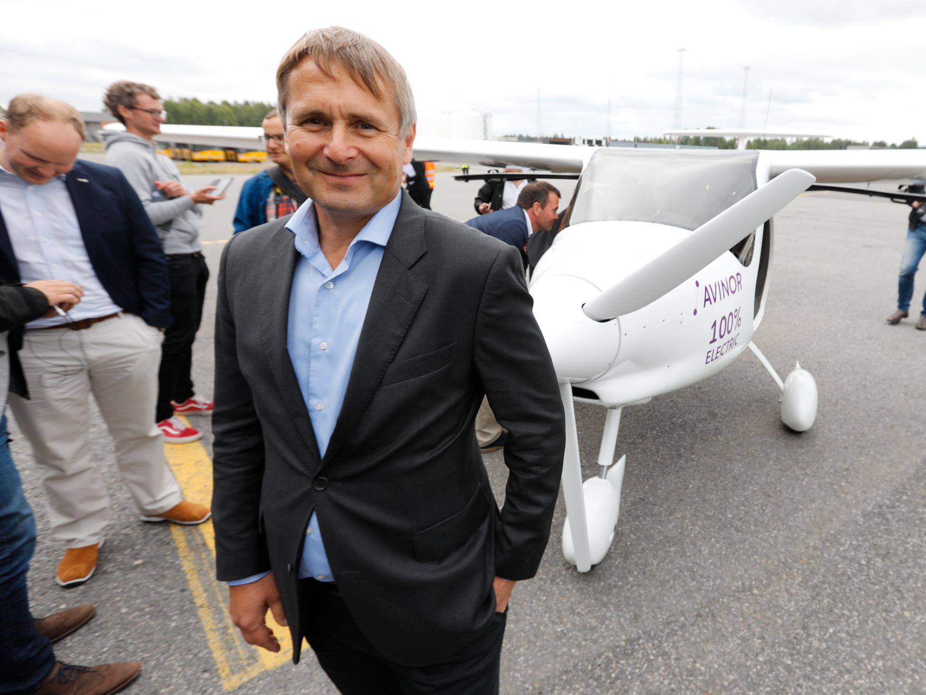 Widerøes konsernsjef Stein Nilsen sammen med elflyet, et toseters Alpha Electro G2 som blir levert av en av Europas største flyfabrikker, Pipistrel i Slovenia.
