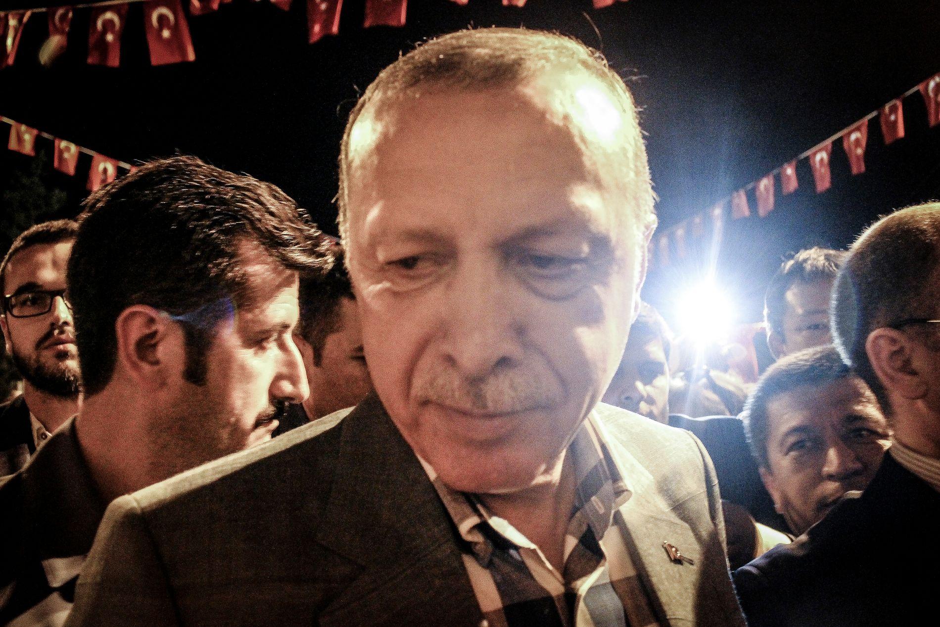 KOM FOR Å HILSE: Plutselig dukket en smilende Erdogan opp for å håndhilse på VG og noen av de andre journalistene.