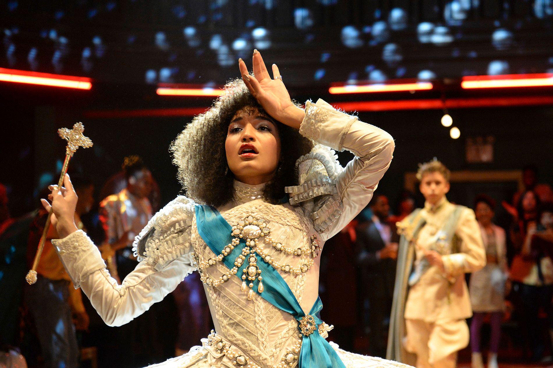 DRONNING: Angel (Indya Moore) gjør sin beste versjon av kjole og septer.
