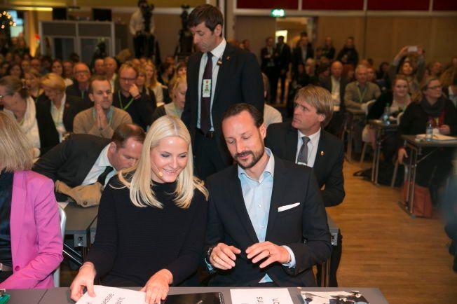 SAMLER UNGE LEDERE: Kronprinsesse Mette-Marit og kronprins Haakon fotografert under Noradkonferansen i Oslo i 2013.