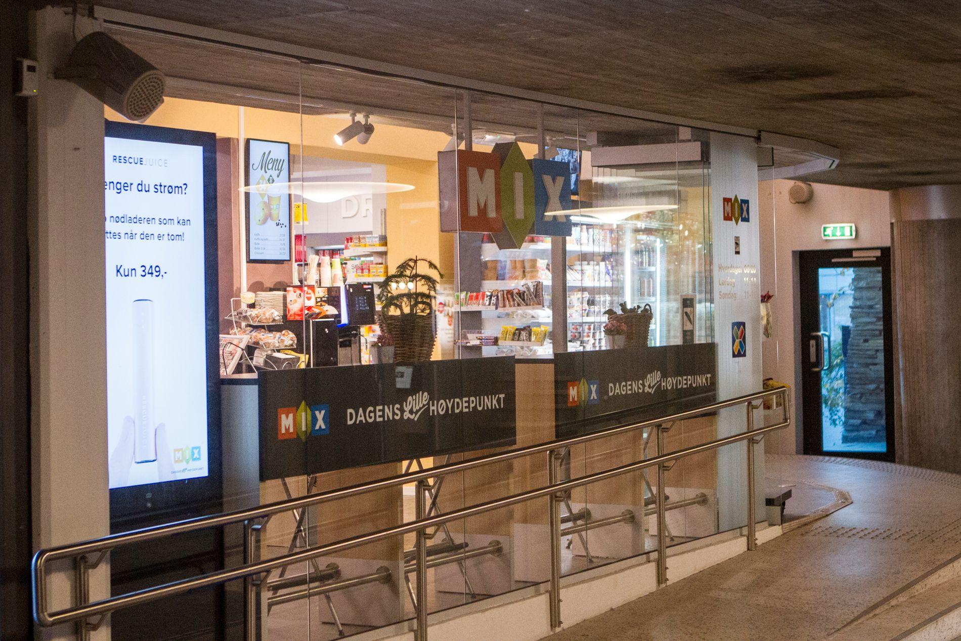 SETT HER: Den etterlyste mannen ble ekspedert av ansatte ved denne MIX-kiosken på Skøyen stasjon mandag.
