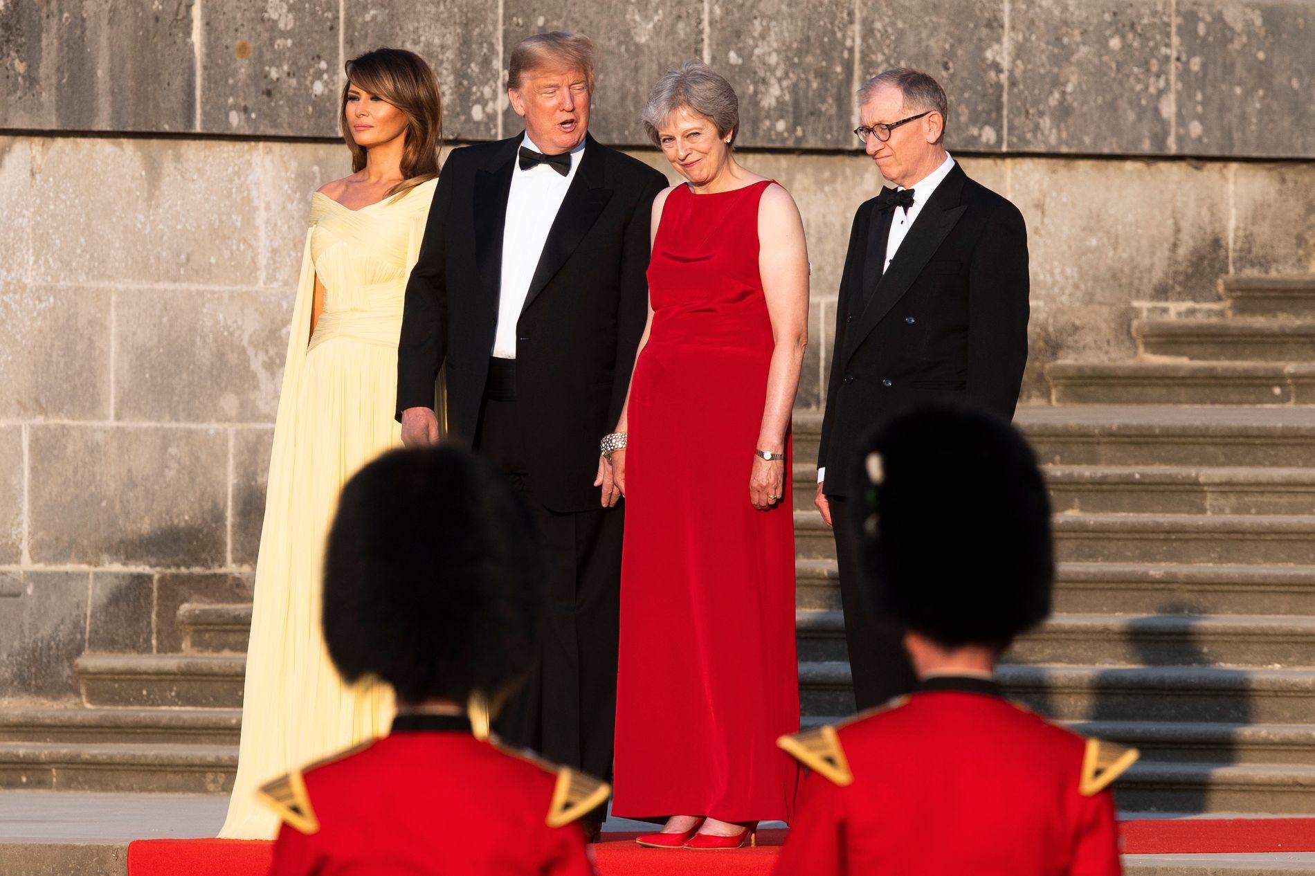 FRED: President Donald Trump prater gemyttlig med sin vertinne, statsminister Theresa May, på Blenheim slott, kort før han kommer med besk kritikk av henne i et intervju med The Sun.
