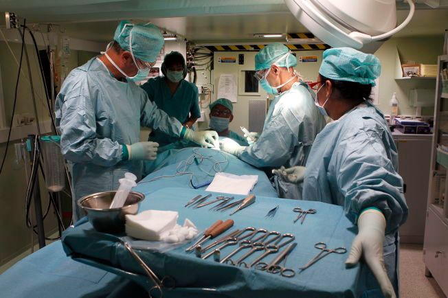 GODT TRENT: En lokal pasient blir behandlet på det norske feltsykehuset i Abéché i Tsjad i 2009. Sykehuset er en del av FNs operasjon MINURCAT II.