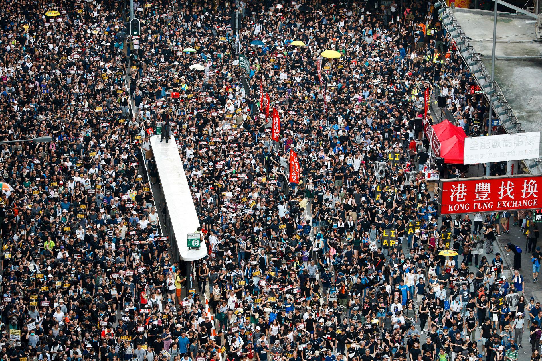 Tusenvis av demonstranter i Hongkong krever en uavhengig granskning av politiets taktikker. Senere brukte politiet tåregass mot demonstranter som ikke ville fjerne seg. Foto: Vincent Yu / AP / NTB scanpix
