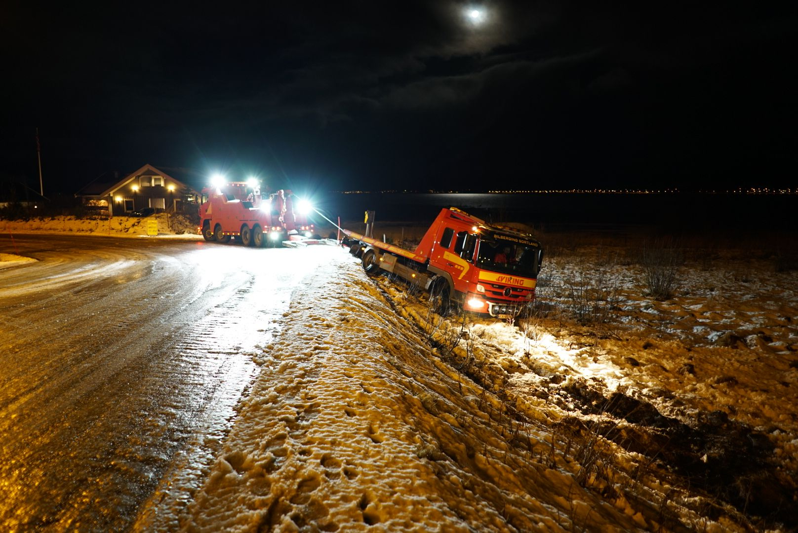 GLATT FØRE: En bilbergingsbil fra Viking skled ut av veien i Sortland i natt. Heldigvis har ikke politiet fått meldinger om andre utforkjøringer gjennom natten.