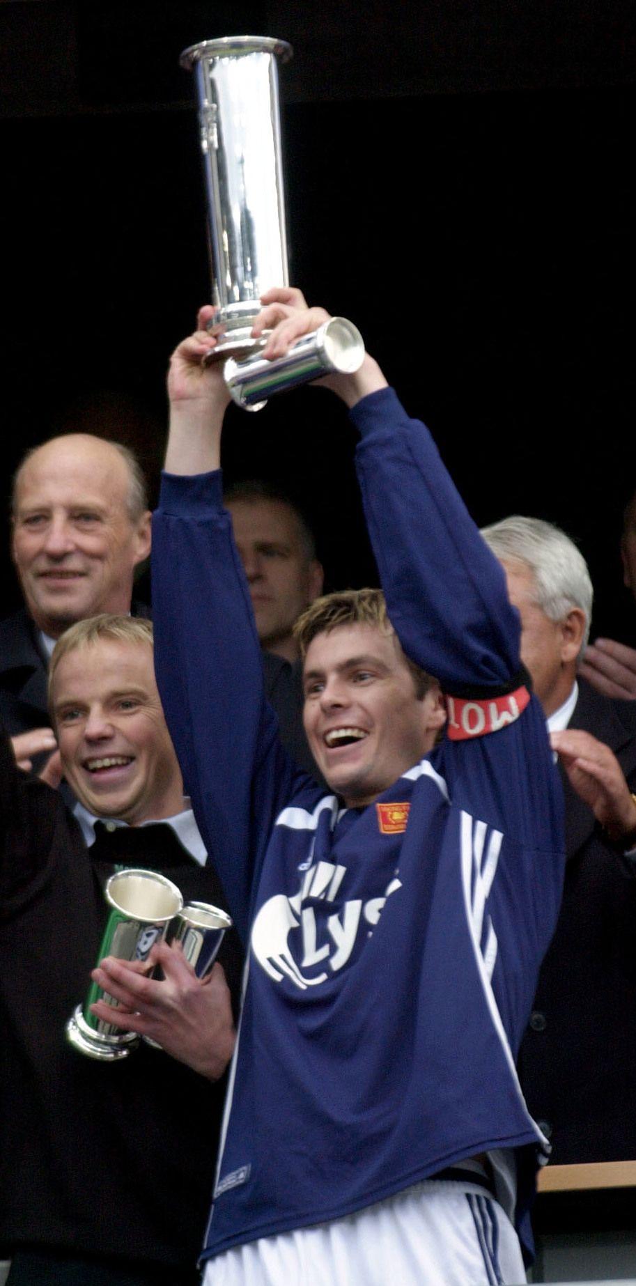 HØYDEPUNKTET: Bjarte Lunde Aarsheim løfter kongepokalen foran Kong Harald på Ullevaal stadion i 2001. Siden da har ikke Viking vunnet en eneste tittel.