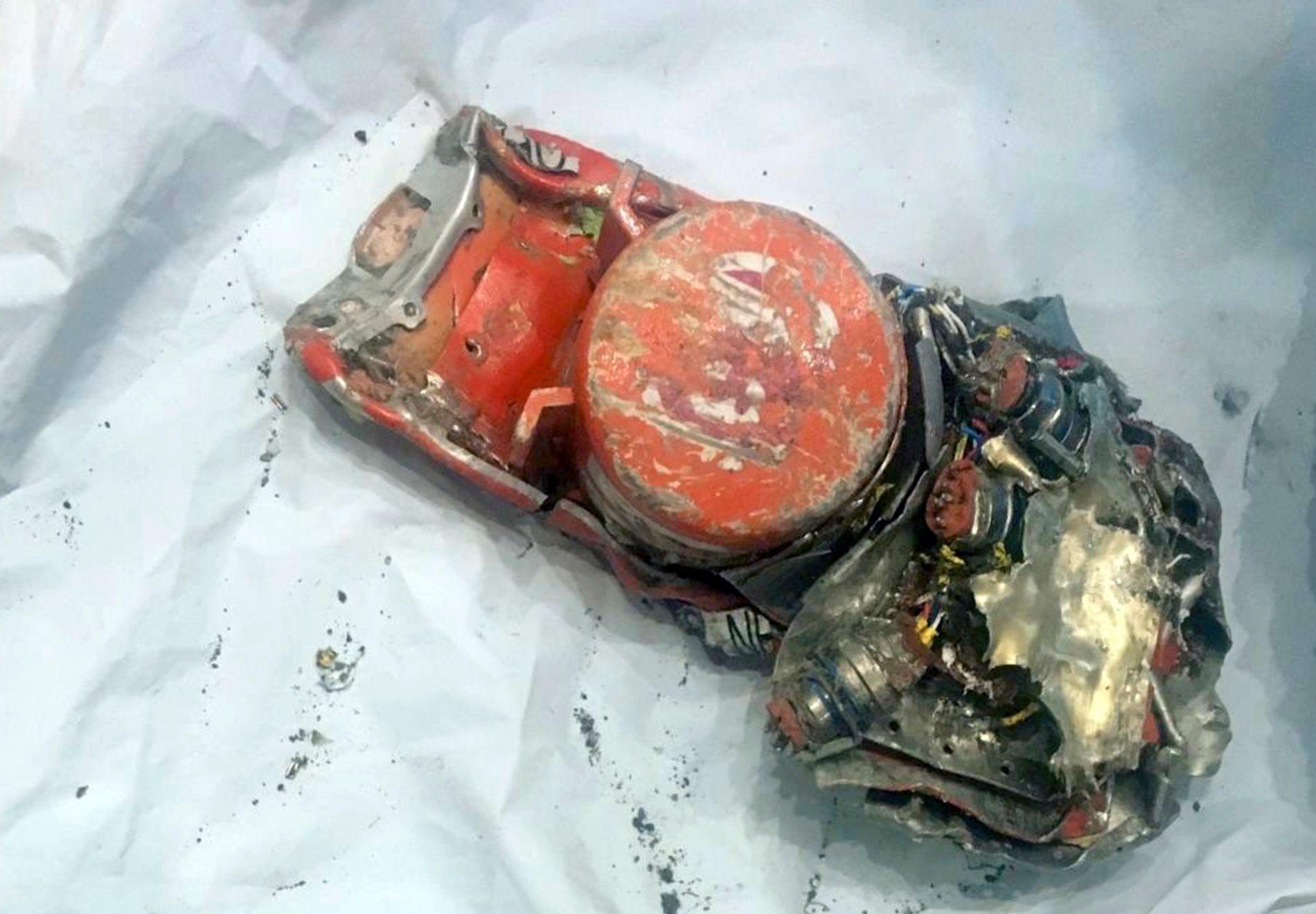 SKADET: Et bilde som den en franske flyhavarikommisjonen (BEA) har offentliggjort av den ene boksen, viser at den har store skader.