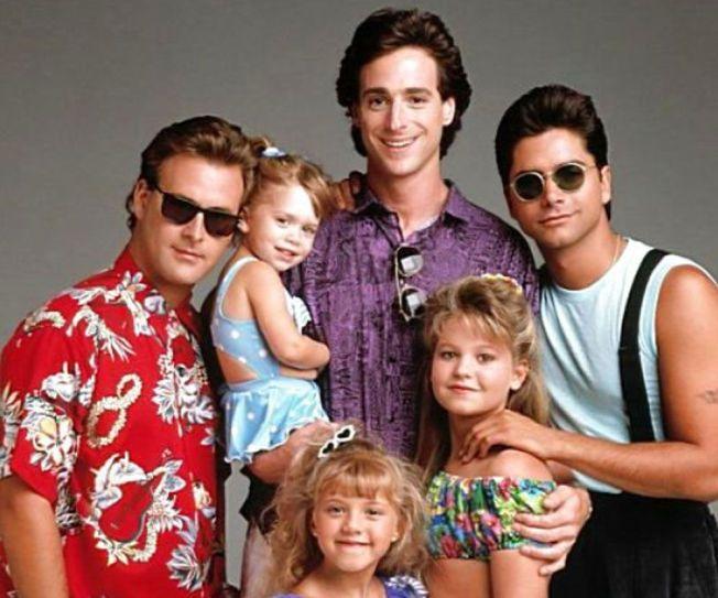 1987-1995: F.v.: Dave Coulier, Bob Saget og  John Stamos var sentrale stjerner i «Under samme tak (Full House)». Tvillingene Mary-Kate og Ashley Olsen delte på rollen som minstejenta. Jodie Sweetin (foran) spilte nest yngst, mens Candace Cameron Bure spilte eldstedatteren.