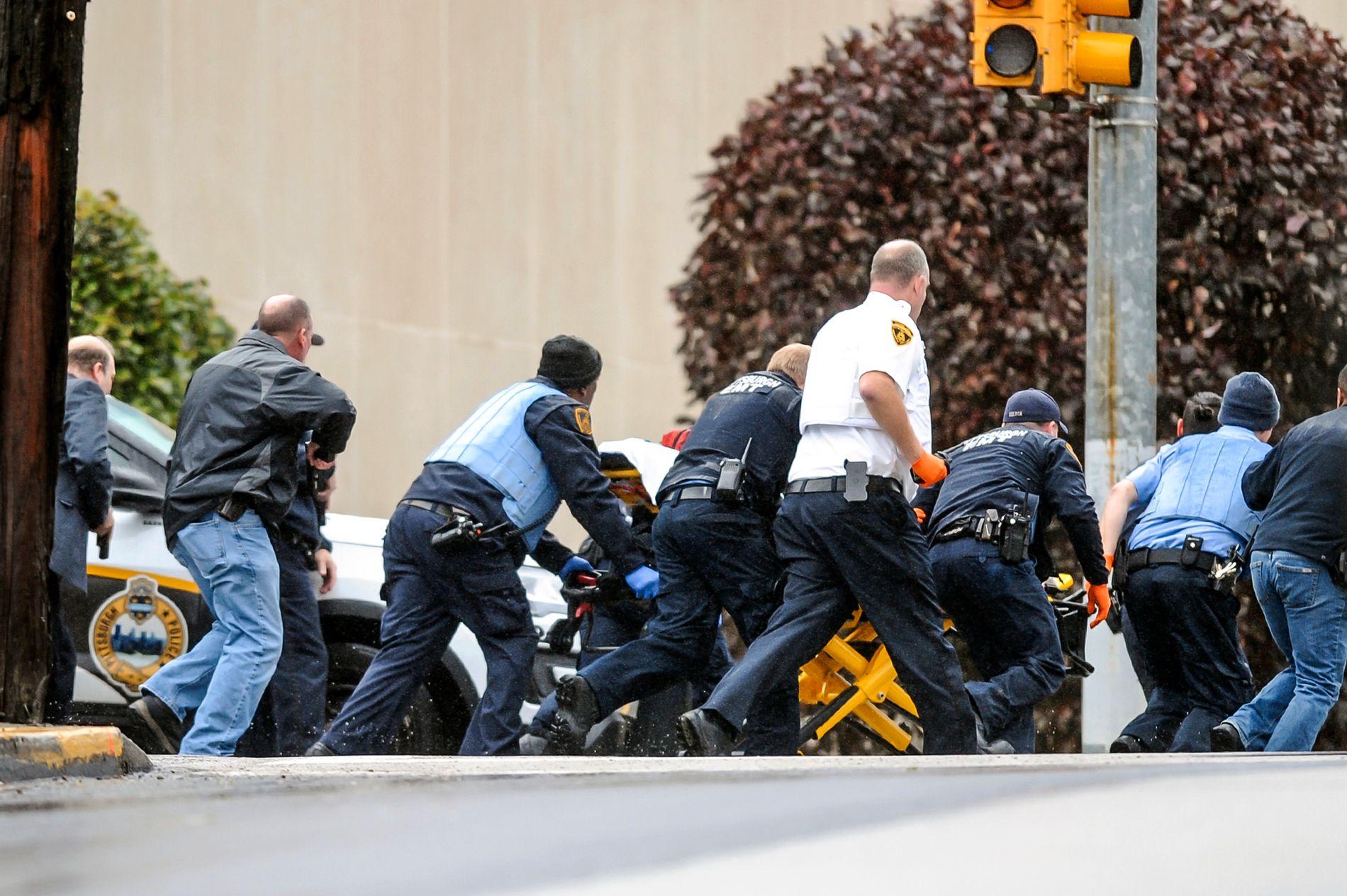 ANGREP: Politiet får mennesker unna åstedet for angrepet lørdag.