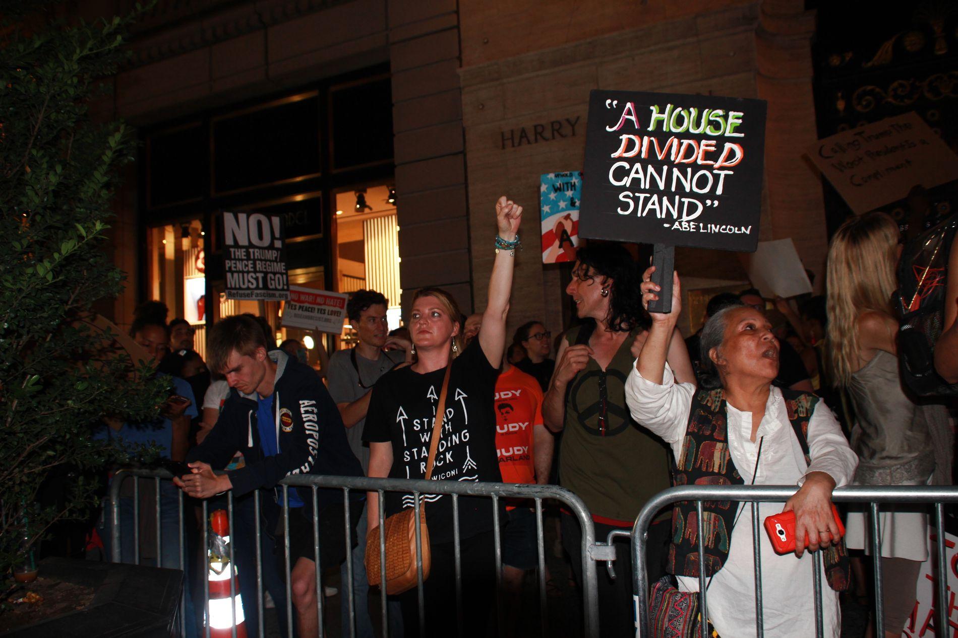 FERIE: Demonstrantene samlet seg utenfor Trump Tower på Manhattan der Donald Trump nå ferierer. Foto: Erlend Skevik