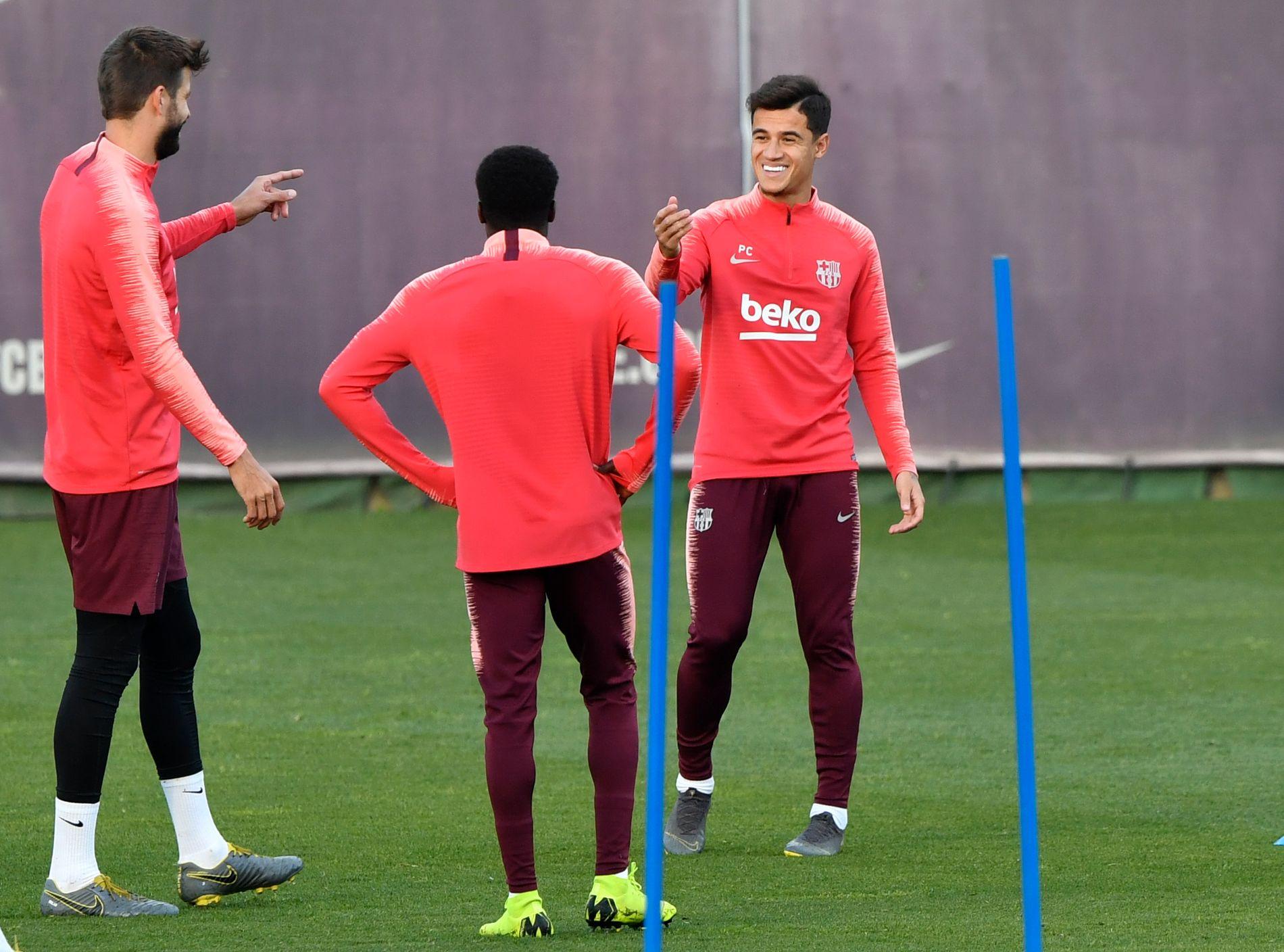 SLITER: Philippe Coutinho, her på trening med Gerard Piqué (t.v.) dagen før returkampen mot Manchester United, har foreløpig ikke fått det til å fungere i Barcelona.