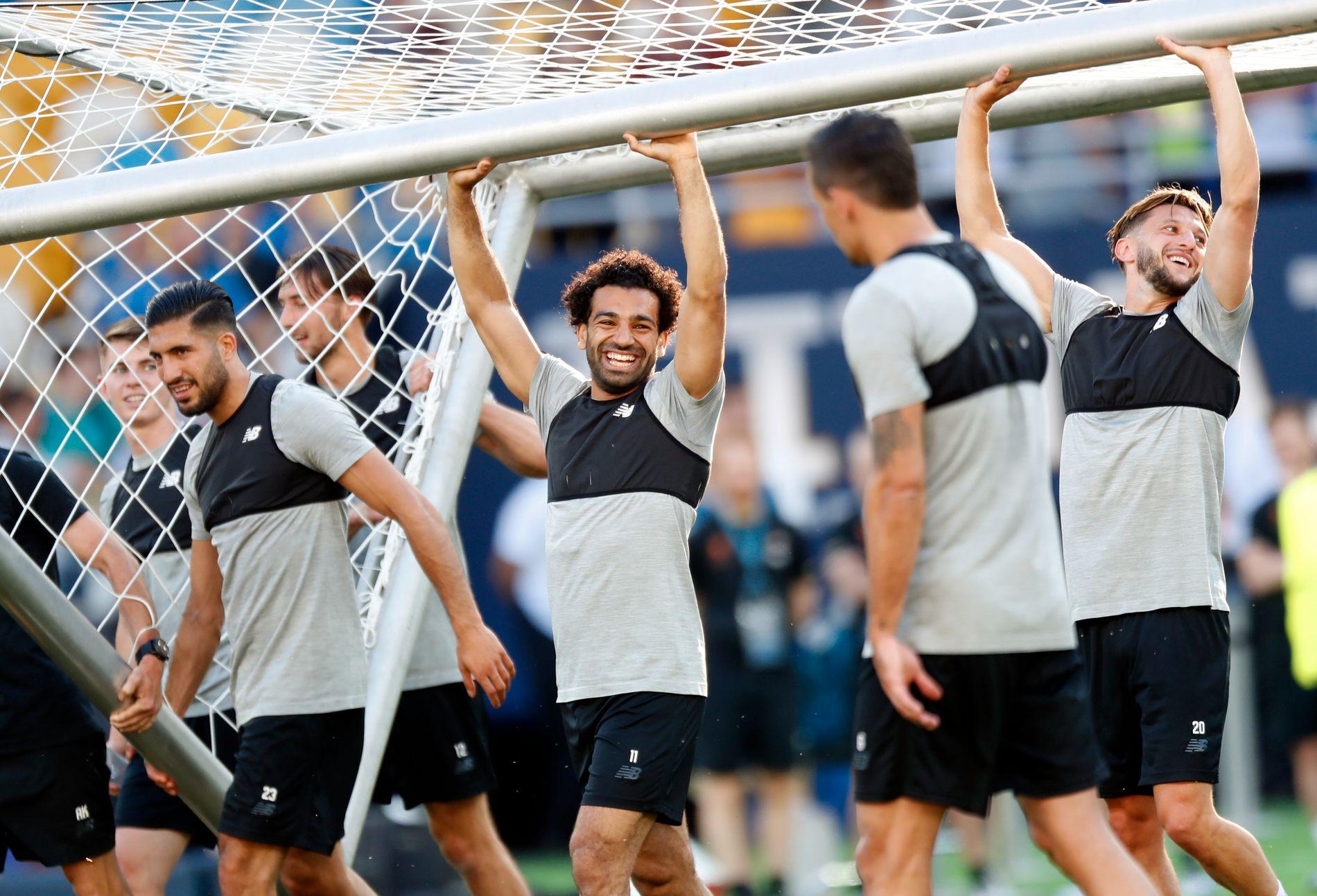 SAMMEN FOR LIVERPOOL: Emre Can, Mohamed Salah, Adam Lallana og resten av Liverpool-leiren var, selvsagt, i strålende humør på den siste treningen i Kiev.