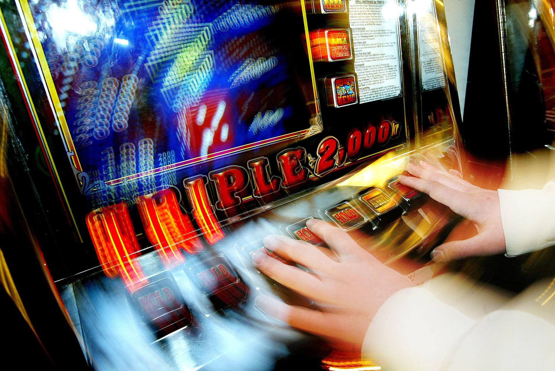 KONSTANT DÅRLIG RÅD: - Barna i familier til spilleavhengige forteller om konstant dårlig råd og at den spilleavhengige har tatt sparepenger og konfirmasjonspenger, skriver kronikkforfatterne.