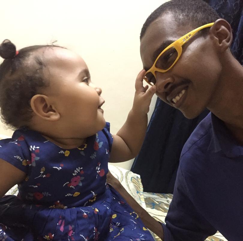 DREPT: Babiker Abdelhamid (25) leker med niesen sin.