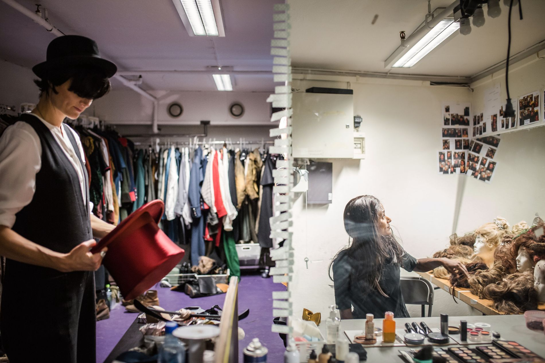 KOSTYMELAGERET: Karin Park prøver hatter og Haddy Njie parykker.