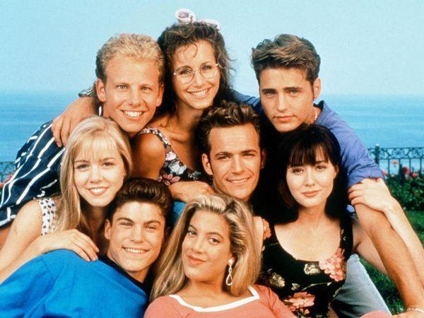 1992: Tilbakeblikk: Bak f.v.: Ian Ziering, Gabrielle Carteris og Jason Priestley. Foran f.v.: Jennie Garth, Brian Austin Green, Tori Spelling, Luke Perry og Shannen Doherty.
