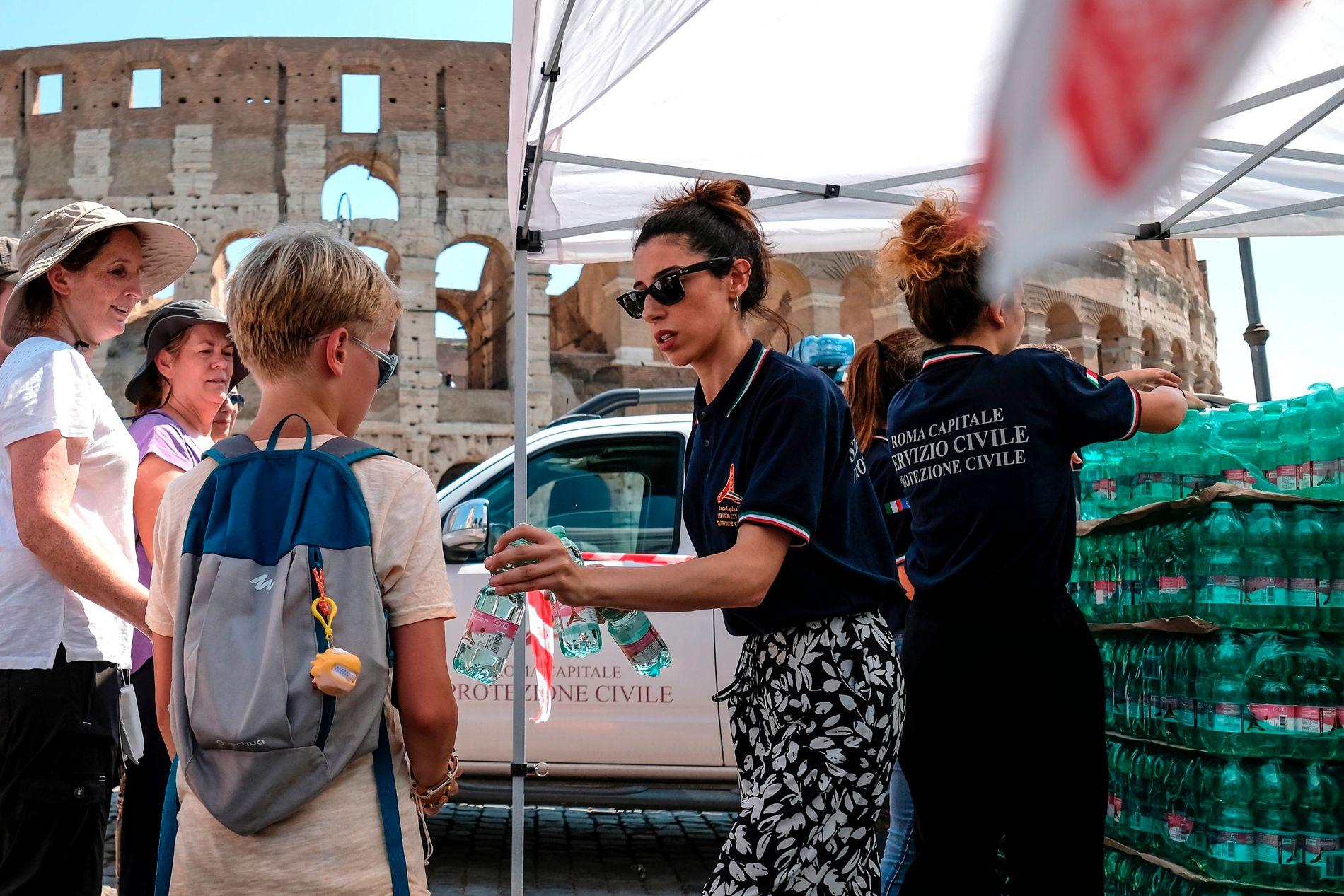 VANN TIL FOLKET: I Italia delte sivilforsvaret ut gratis vann til varme mennesker torsdag. Her fra landets hovedstad Roma.