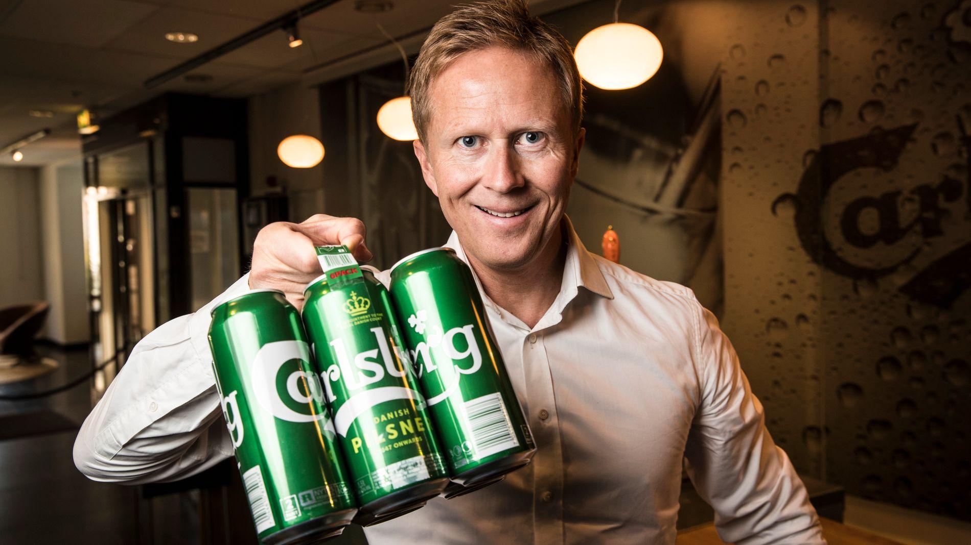 MILJØVENNLIG SEKSPAKNING: Her viser Ringnes-sjef Anders Røed stolt frem en sekspakning uten plast.