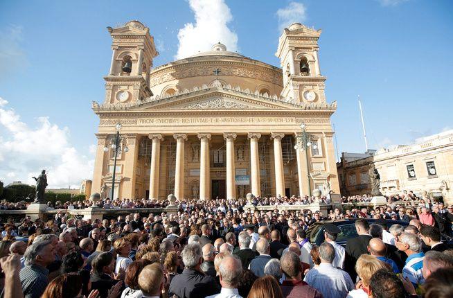 DREPT: Daphne Galizia, som hadde jobbet med Panama Papers-avsløringen, ble drept i et bombeattentat på Malta i oktober. Her fra begravelsen hennes i byen Mosta.