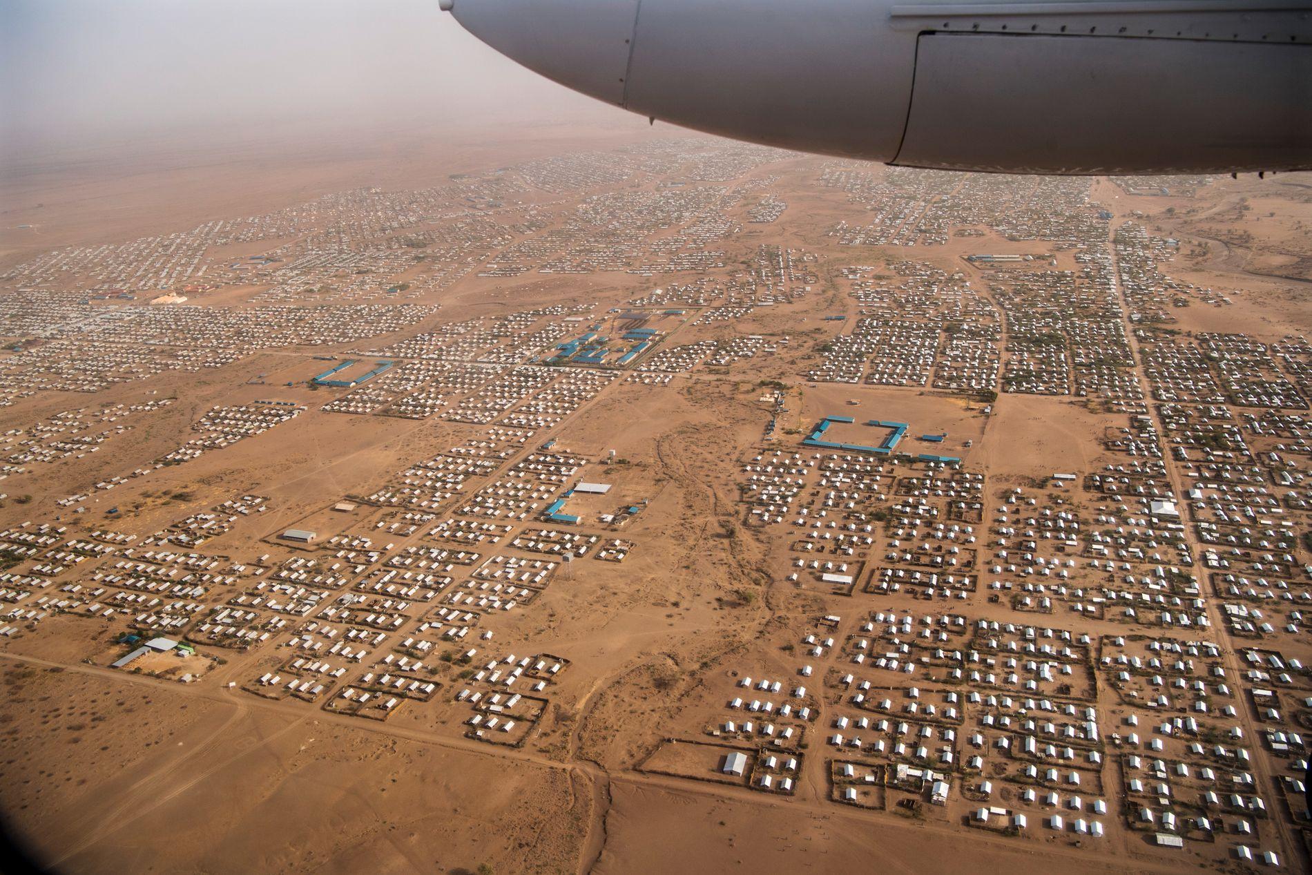 185.000 INNBYGGERE. I november 2017 var det hele 489.000 flyktninger og asylsøkere i Kenya. 185.00 av dem bor her, i Kakuma-leriren. Den ble opprettet for 25 år siden og ble utvidet senest i 2016.