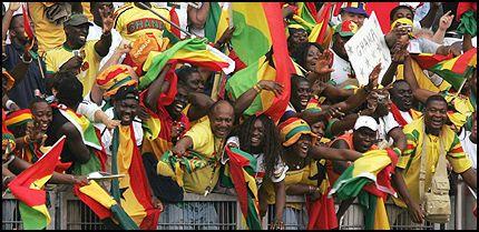 JUBEL: Ghana-fansen slo seg helt løs på tribunen da avansementet i gruppe F var klart. Foto: Reuters
