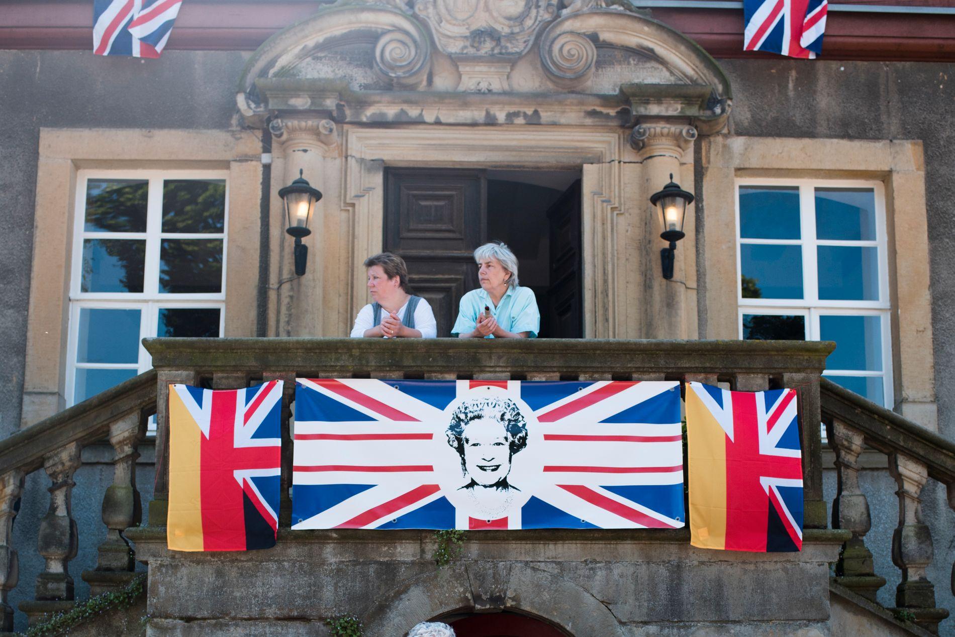 DRONNIGEN ER ALLTID MED: Det britiske kongehusets overhode figurerer på flagg og pappfigurer rundt på hele det tyske godset utenfor Hannover. Foto: Lia Darjes, VG