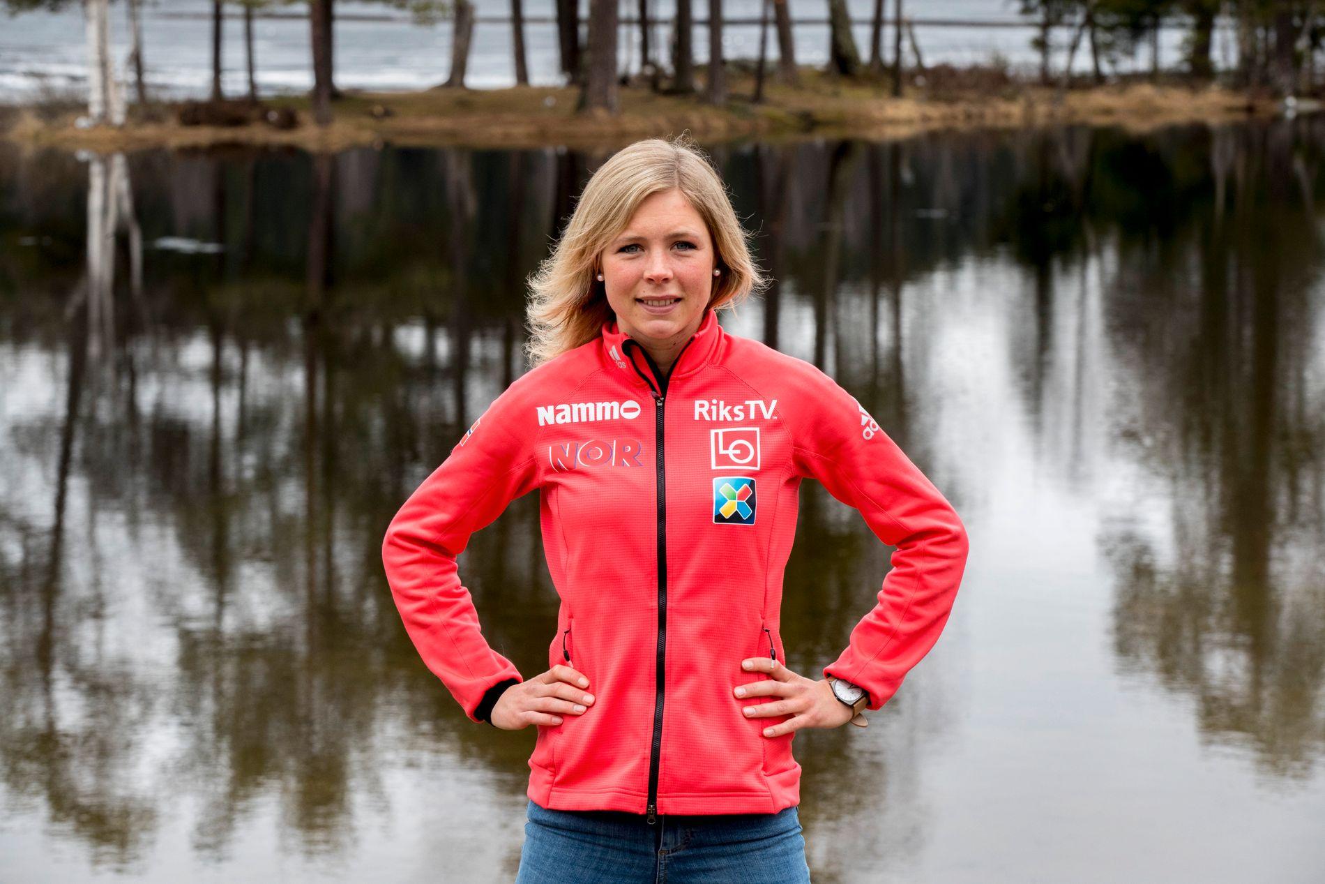 GULLJENTA: Maren Lundby kan se tilbake på en eventyrlig vinter med OL-gull. Her er hun på Sognsvann i Oslo i forbindelse med presentasjonen av hopplandslagene.