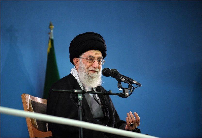 LAVE FORVENTNINGER: Irans ayatolla Ali Khameini tror ikke atomforhandlingene mellom USA og Iran vil føre til stort. Foto: Afp