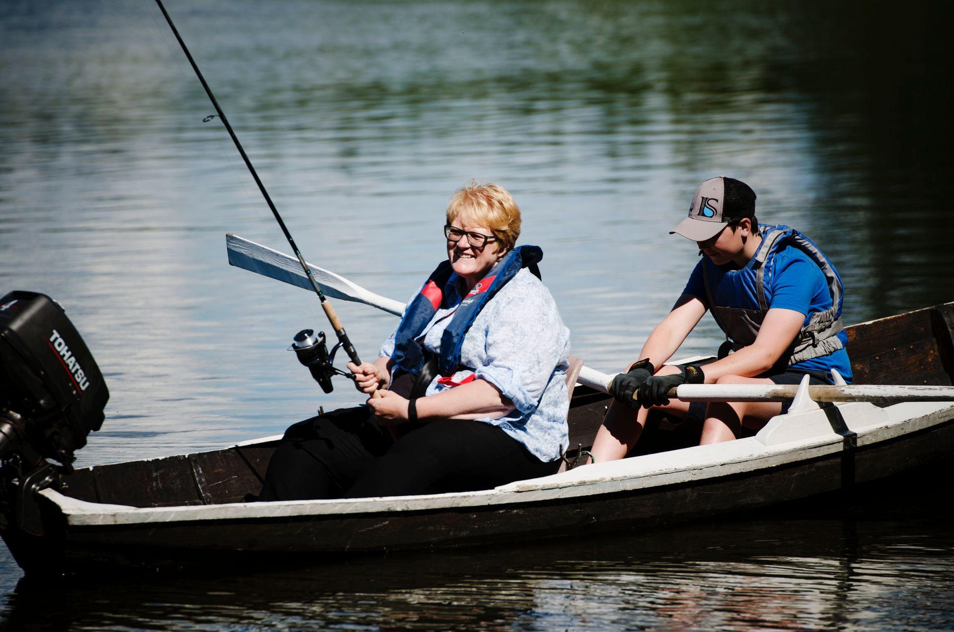 NAPP DENNE GANG? Venstre-leder Trine Skei Grande på laksefiske hjemme i Overhalla i Nord-Trøndelag tidligere i sommer. Arne Magnus Okkerhaug (14) ror.