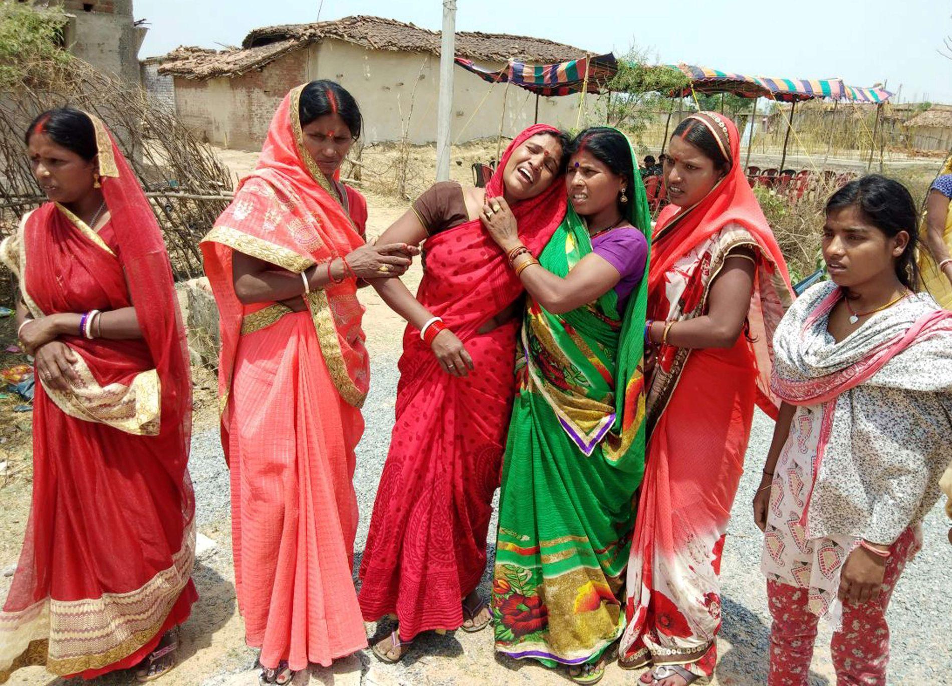 I SORG: Disse kvinnene, avbildet lørdag, sørger over 16-åringen som ble brent til døde forrige uke.