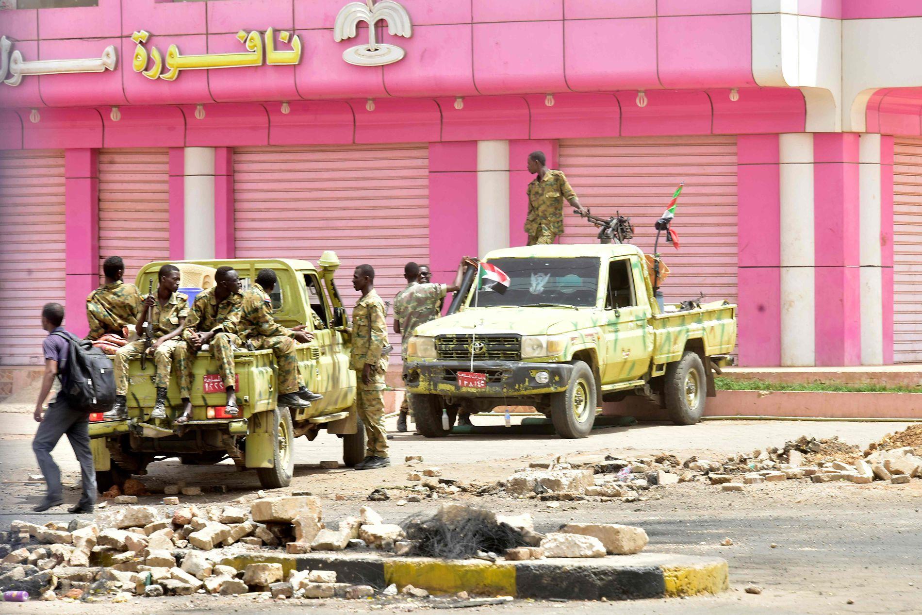 STÅR VAKT: Sikkerhetsstyrker i Khartoum søndag 9. juni.