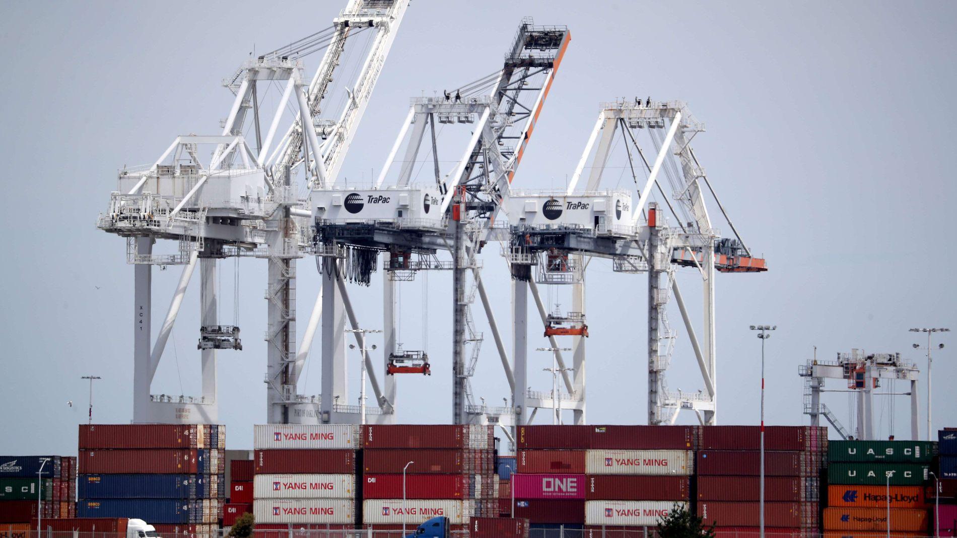 DUNDRER PÅ: Kinesisk import til USA øker, til tross for opptrappingen av handelskrigen mellom landene. Her er containere med varer fra Kina som ankom Oakland i California 13. mai, tre dager etter USA innførte straffetoll på kinesiske varer verdt 200 milliarder dollar.