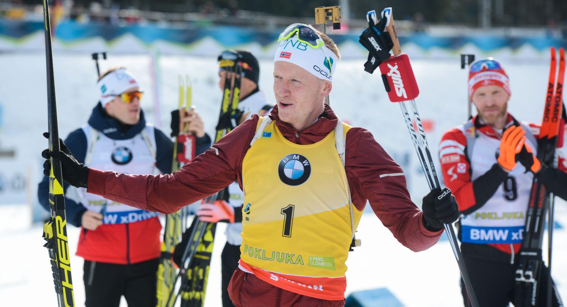 GUL TRØYE: Johannes Thingnes Bø, her fra desember, i den gule trøya som symboliserer at han leder verdenscupen sammenlagt.