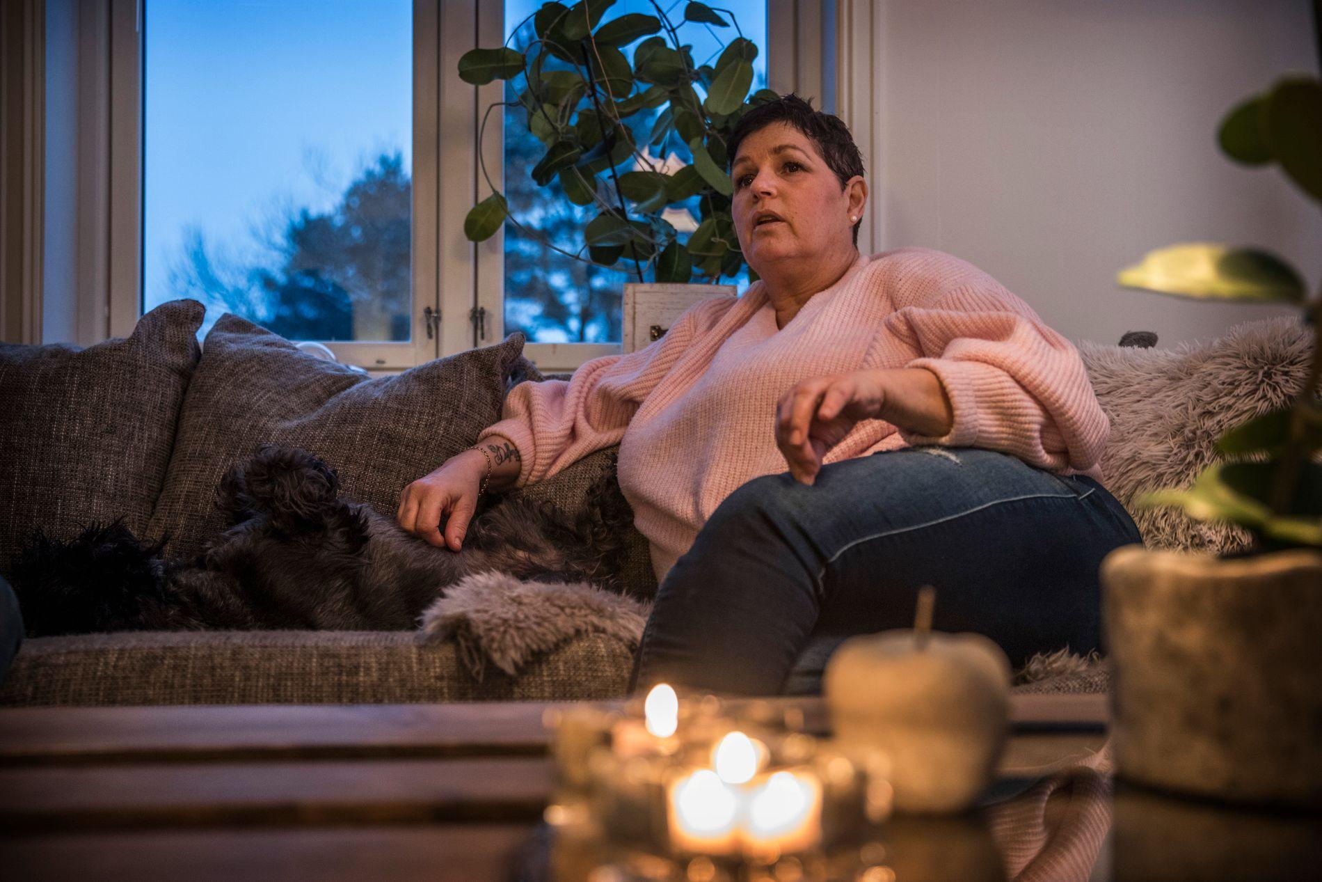 c24f12a2 FORTVILER: Nina Dehlin forteller at hun nå skrur av lyset tidlig, og legger  seg før klokken seks for å spare strøm. Foto: Mattis Sandblad/VG