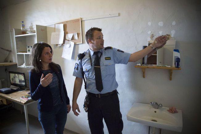 FLASSER AV: Maling og murpuss flasser av på en vanlig fengselscelle i Oslo fengsel. Fengselsbetjent Eivind Grytøyra viser Sps justispolitiker Jenny Klinge  rundt.
