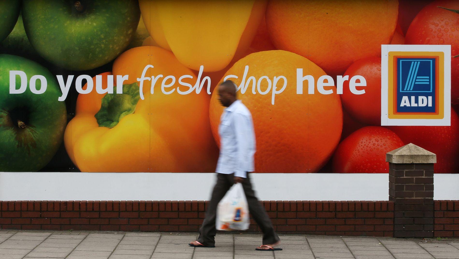 SJELDENT SYN: Mange briter vegrer seg for å betale for plastikkposene når de handler, etter at det i oktober i fjor ble innført poseavgift på 5 pence, - 60 øre.