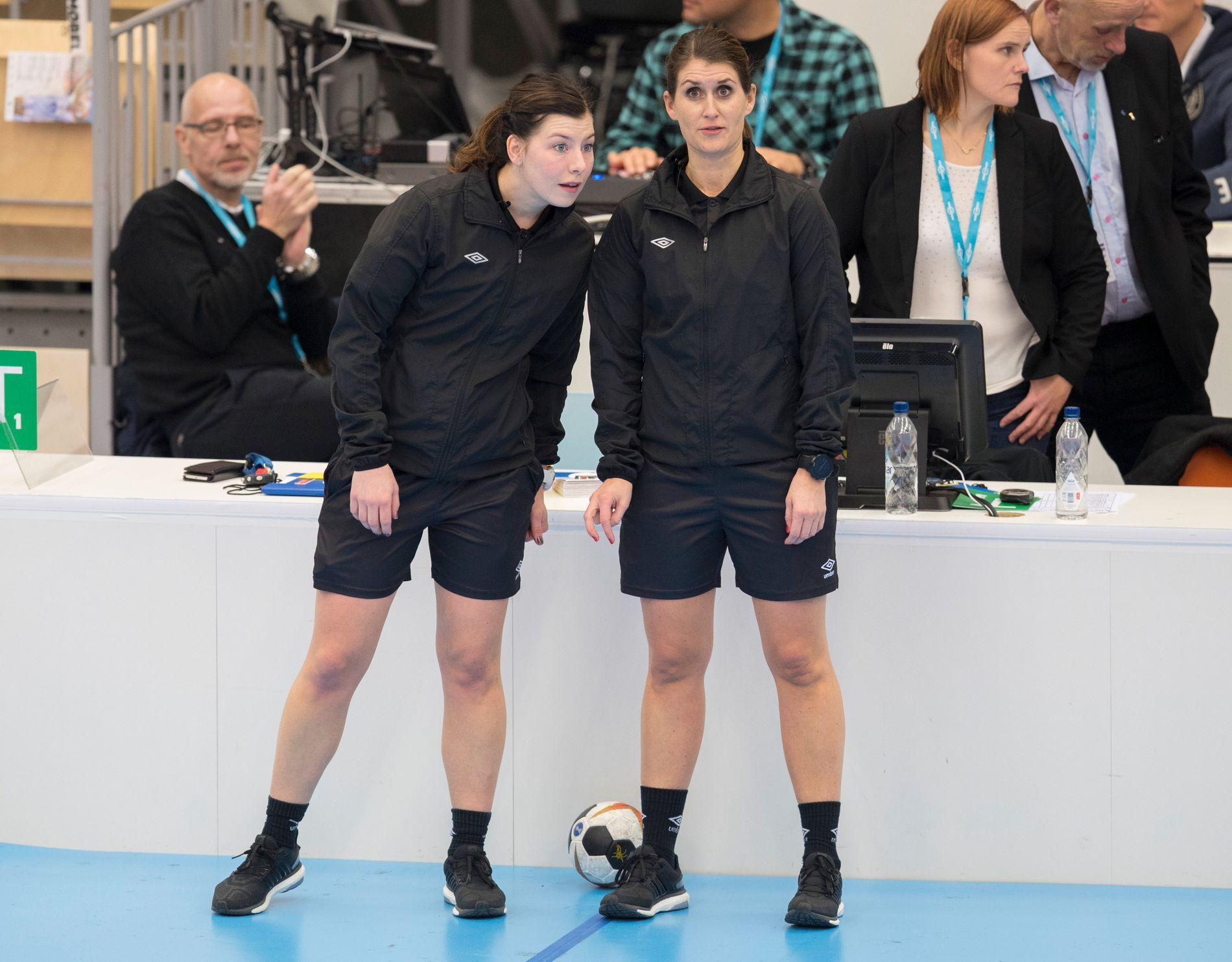 GIR SEG: Kjersti Arntsen og Guro Røen avslutter dommerkarrieren. Her fra november 2017 i en firenasjonersturnering i Sotra Arena.