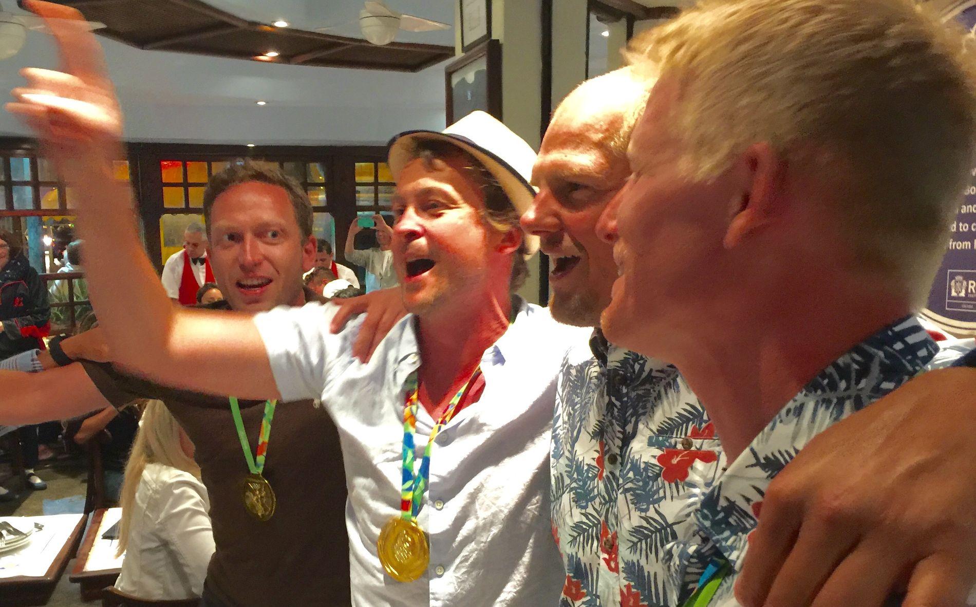 ALLSANG PÅ GRENSEN: Kompisene til Olaf Tufte og Kjetil Borch fra Horten dro i gang allsang på restauranten Garota de Ipanema. Her representert ved Asbjørn Hansen (til venstre) og Øyvind Tomter.