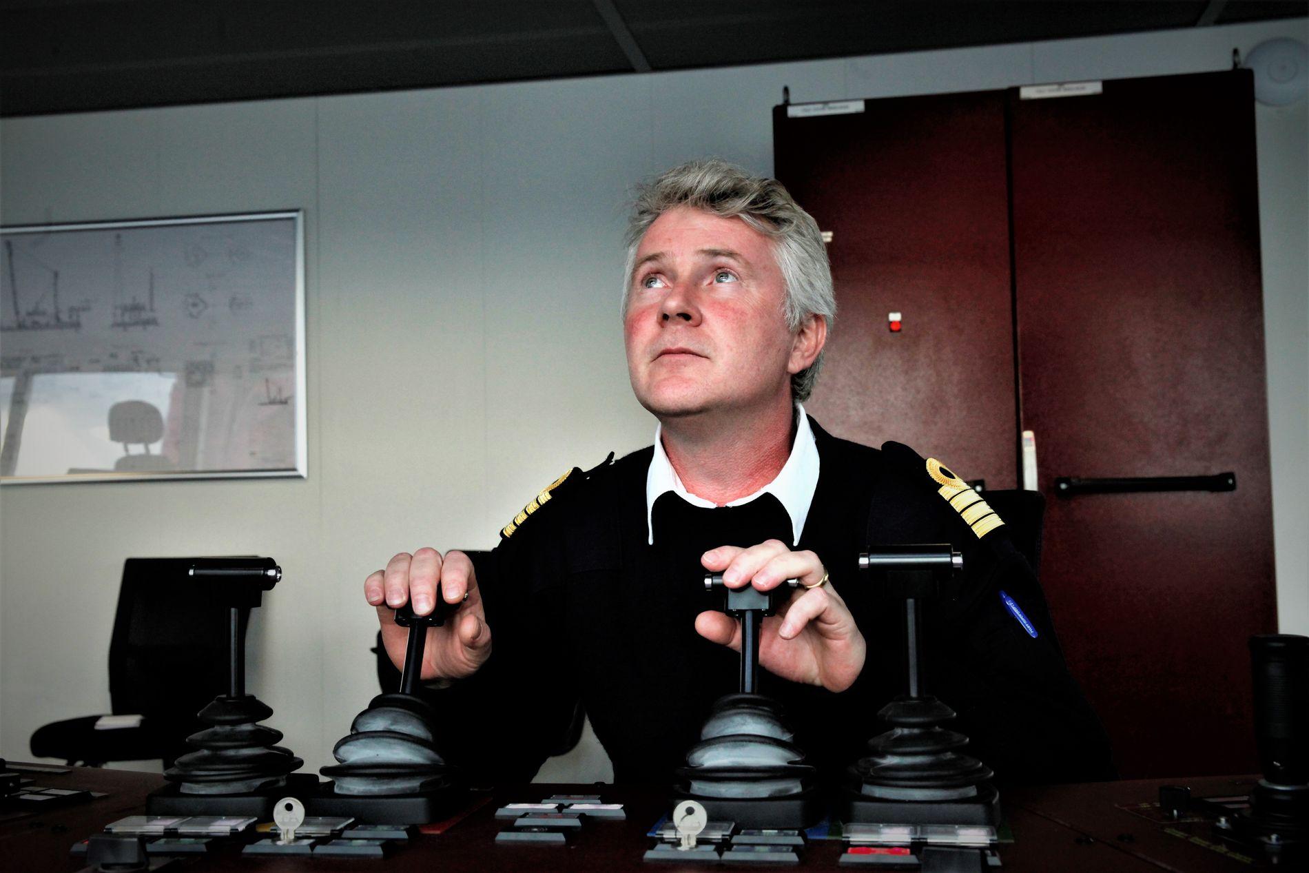 STYRES MANUELT: Når heveoperasjonen pågår, styres  kraner og ankere manuelt fra bro på kranfartøyet «Gulliver» og søsterskipet «Rambiz», forklarer kaptein Henk Doornhein.