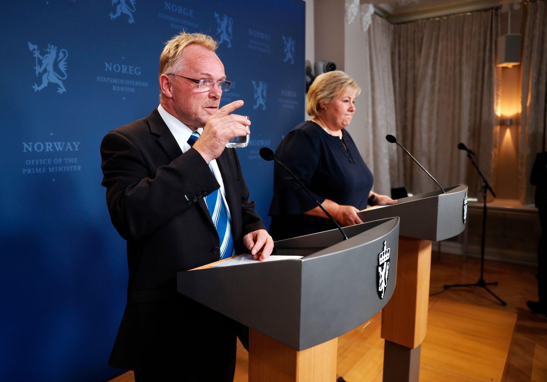 UTE: Per Sandberg på pressekonferansen etter sin avgang som statsråd mandag ettermiddag, sammen med statsministeren.