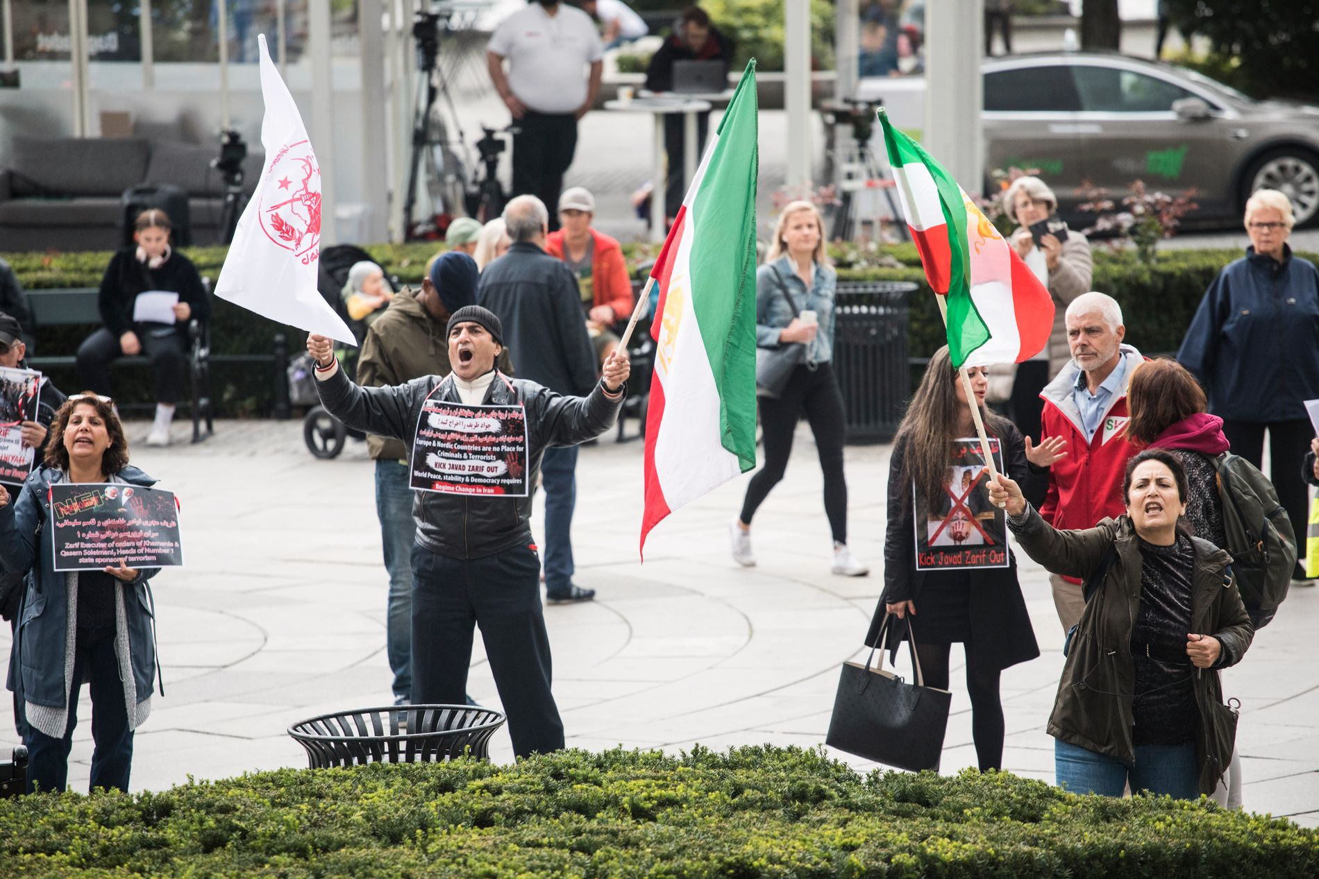 DEMONSTRASJONER: Flere personer hadde torsdag møtt opp utenfor Stortinget for å vise sin motstand mot Iran.