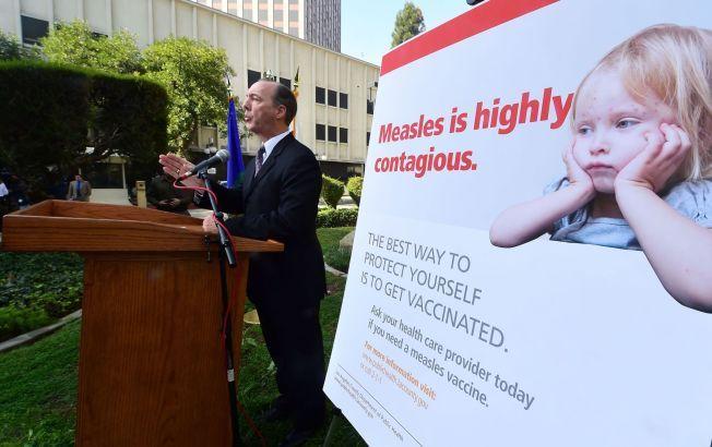 OPPFORDRER: Helsemyndighetene i USA er på alerten etter meslingutbruddet i Disneyland i California i desember. Her gir Jeffrey Gunzenhauser ved Los Angeles County Department of Public Health pressen en oppdatering på spredningen av meslingsmitte i California tidligere i februar.