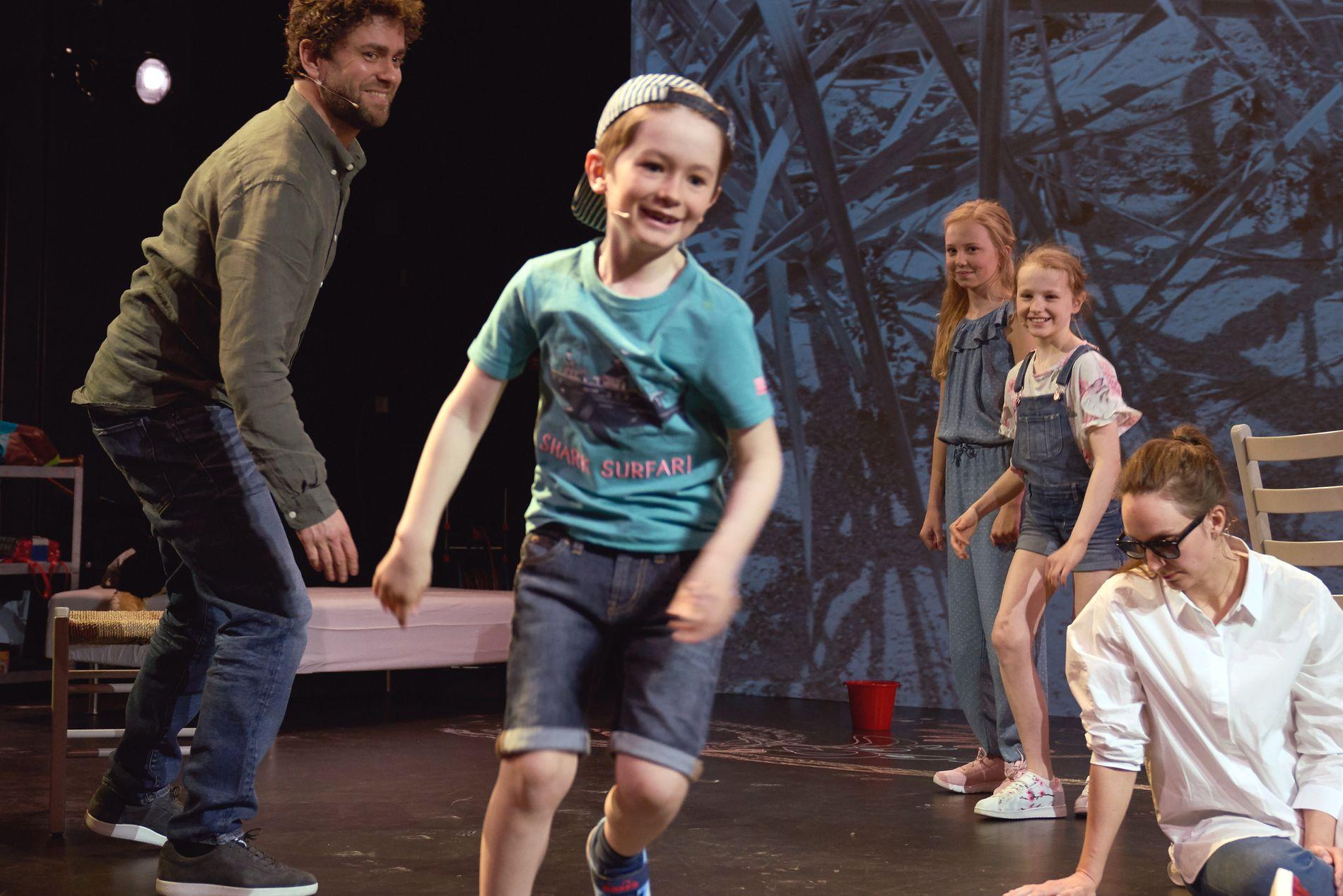 FAMILIE: Knausgårds familiefortelling «Om våren» er blitt en vakker og vond forestilling.