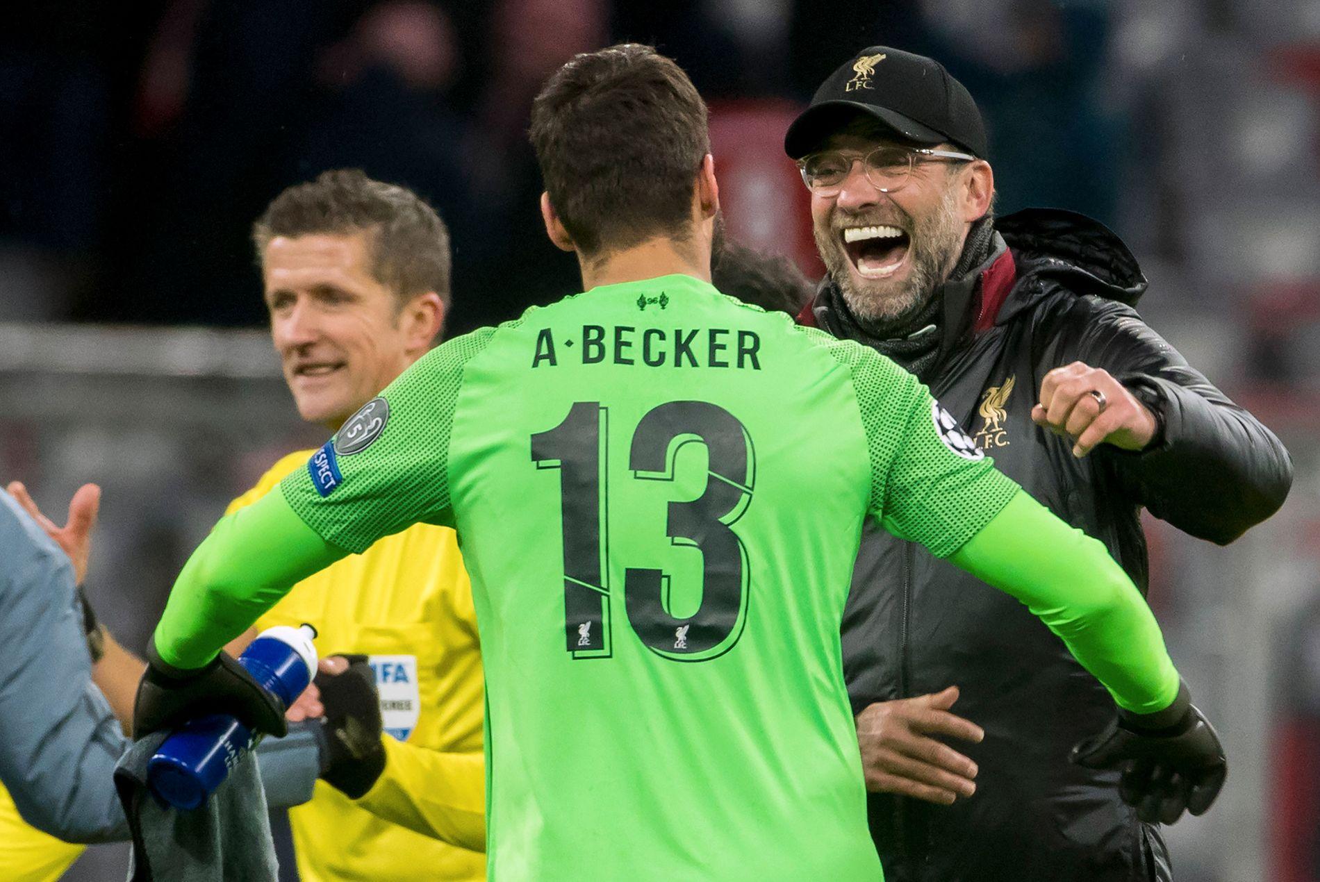 GOD SESONG: Alisson Becker og Jürgen Klopp gliser etter seier mot Bayern München i midtuken. Klubben har hatt en bra sesong til nå.