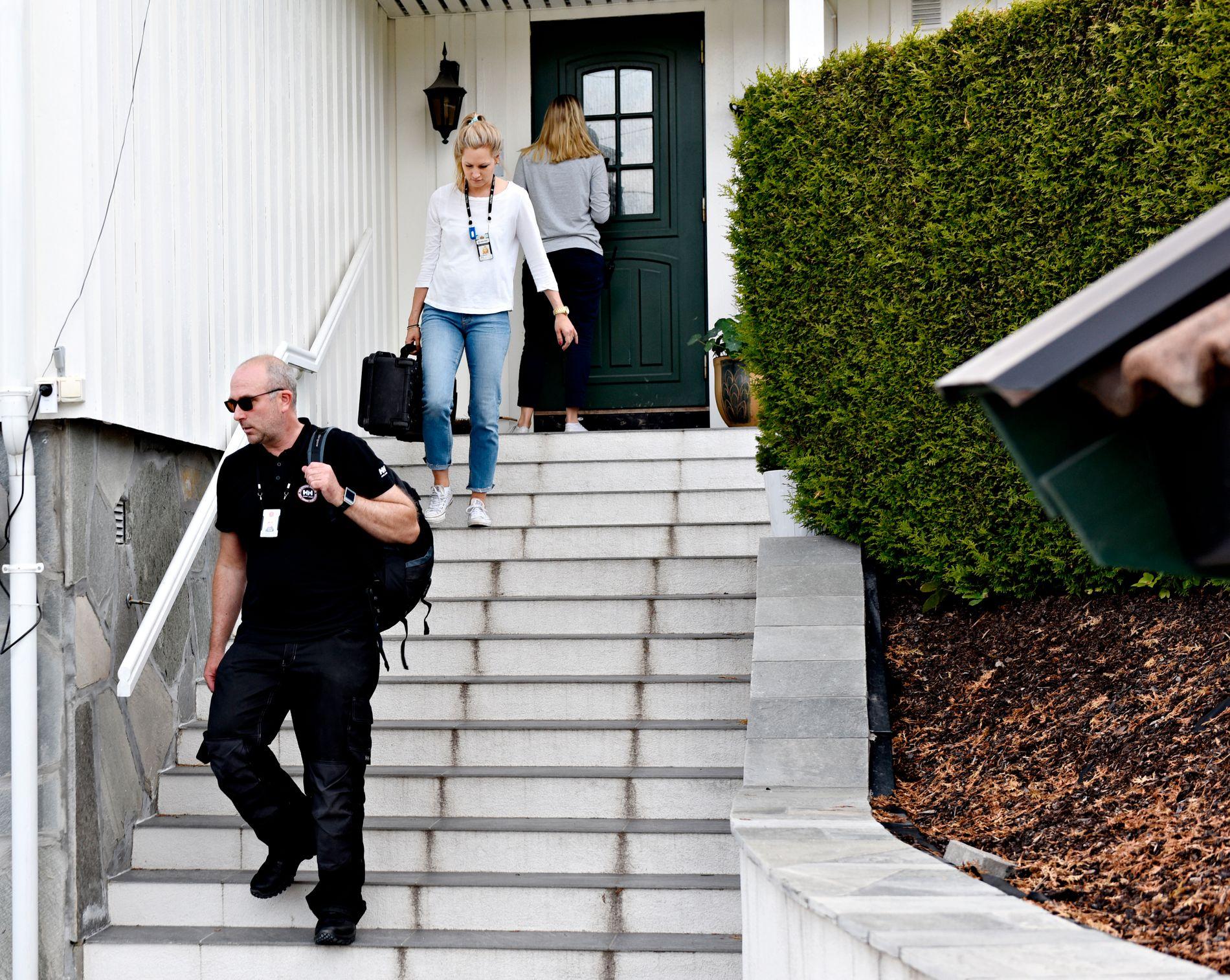 RANSAKET: Her er politiet på vei ut av hjemmet til Amir Mirmotahari i Bærum. Politiet gikk til aksjon i kjølvannet av VGs avsløring for to uker siden.