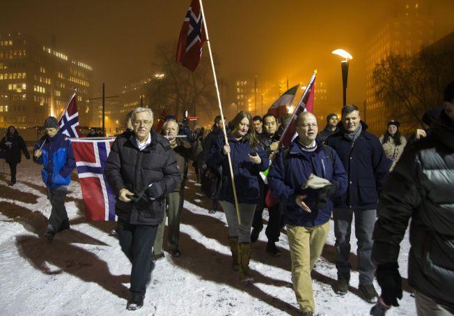 MOBILISERTE: Pegidas protestmarsj rundt og utenfor rådhuset i Oslo i går. Pegida, med Max Hermansen (t.h.) som frontfigur.