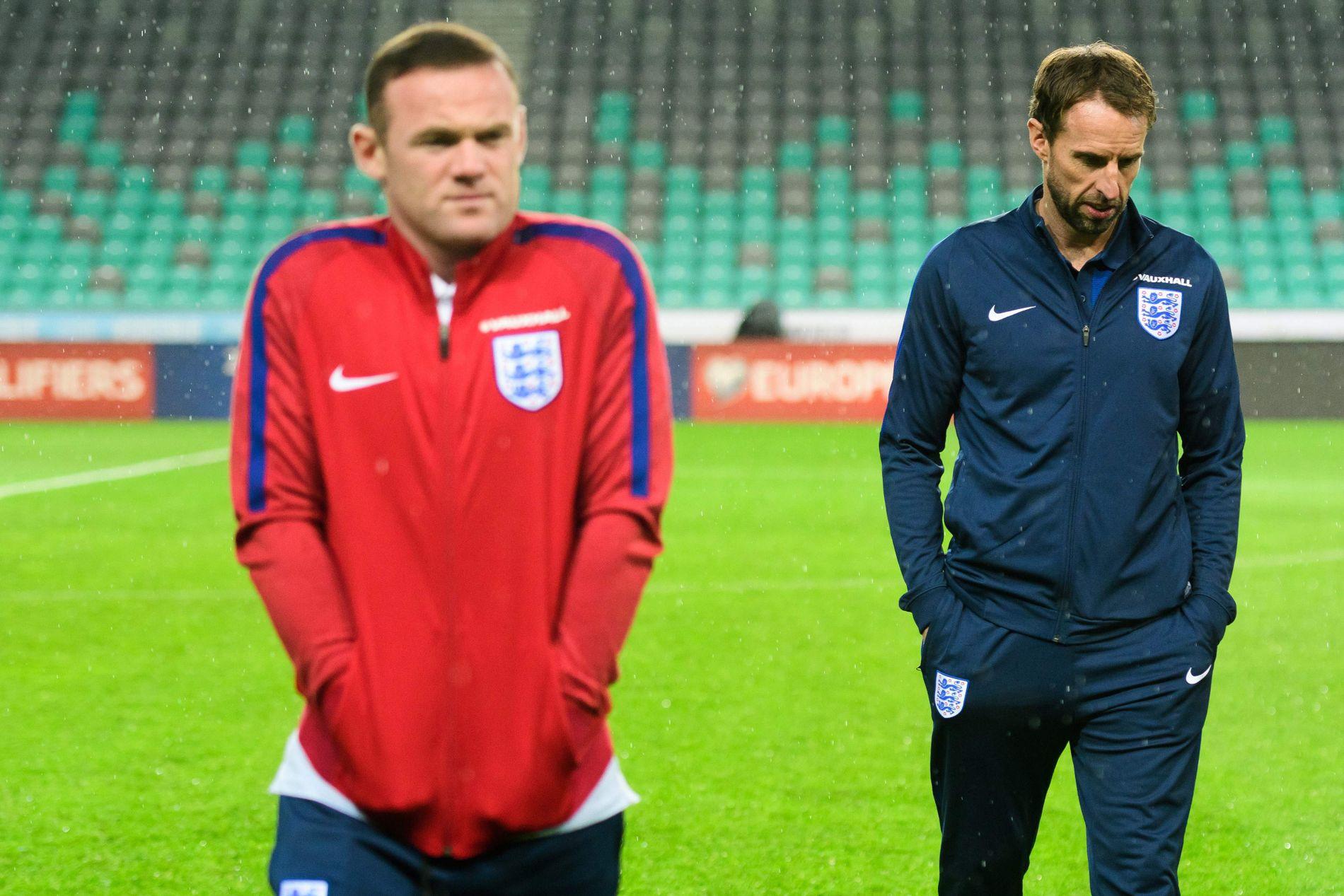I KULDEN? Wayne Rooney trekker sammen skuldrene i høstværet  på Slovenias hjemmearena i hovedstaden Ljubljana før  VM-kvalikkampen i kveld. Her sammen med Englands vikarsjef Gareth Southgate.