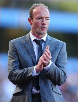 TROR PÅ SUKSESS: Alan Shearer, her fra tiden som Newcastle-manager, tror på spisssuksess både i Liverpool og Chelsea etter overgangene i januarvinduet. Foto: PA Photos